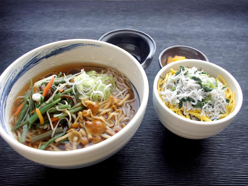 山菜なめこ蕎麦とわさび菜しらす小丼